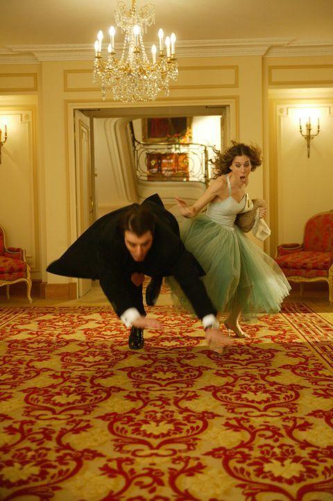 Nach einem Streit mit Aleksandr geht Carrie (Sarah Jessica Parker, r.) zurück ins Hotel - und trifft dort auf einen alten Bekannten (Chris Noth, l.)... - Bildquelle: Paramount Pictures