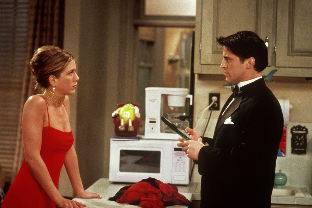 Rachel (Jennifer Aniston, l.) versucht Joey (Matt LeBlanc, r.) klarzumachen, dass er die Trophäe, die er gestohlen hat, zurückgeben muss ... - Bildquelle: TM+  2000 WARNER BROS.
