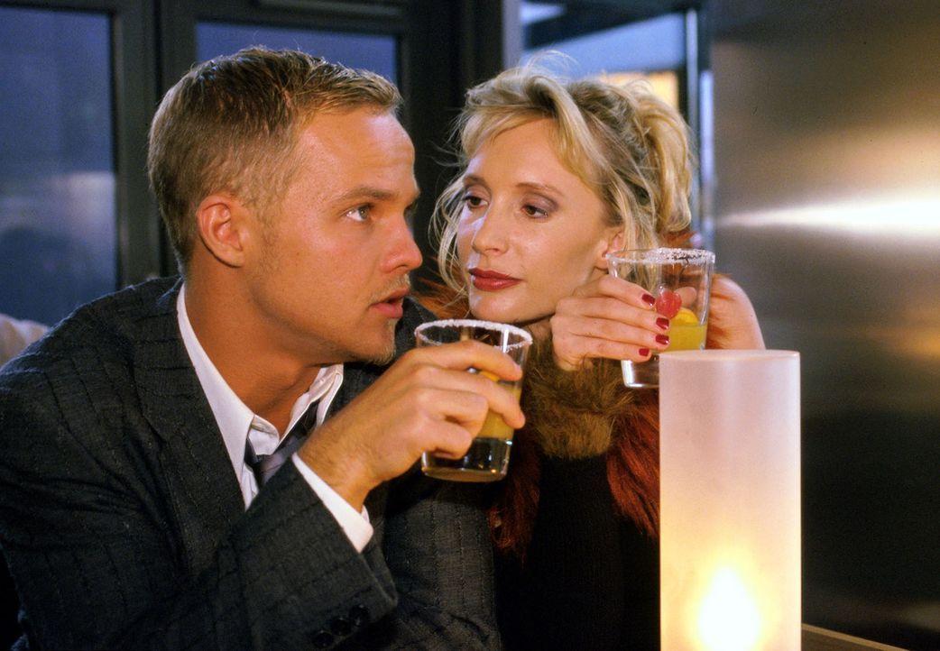 Ben Raabe (Matthias Koeberlin, l.) und Cala (Feo Schenk, r.) sind glücklich: Ihre Hochzeit steht kurz bevor. - Bildquelle: Sat.1/Degraa