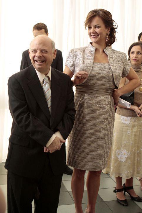 Eleanor (Margaret Colin, r.) und Cyrus (Wallace Shawn, l.) werden dem Hochzeitspaar eine Wohnung schenken - Dorota ist schließlich Familie. - Bildquelle: Warner Brothers