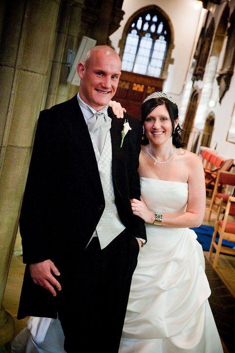 Louise (r.) und ihr Mann (l.) hoffen, die Traum-Flitterwochen zu gewinnen ... - Bildquelle: ITV Studios Limited 2010