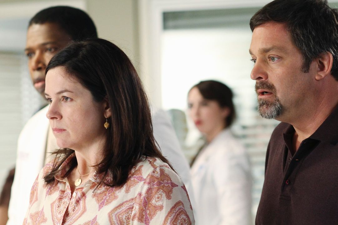 Machen sich Sorgen um ihre Tochter, bei der Schizophrenie diagnostiziert wurde: Mary (Amy Farrington, 2.v.l.) und Ken (Jonathan Goldstein, r.) ... - Bildquelle: Touchstone Television