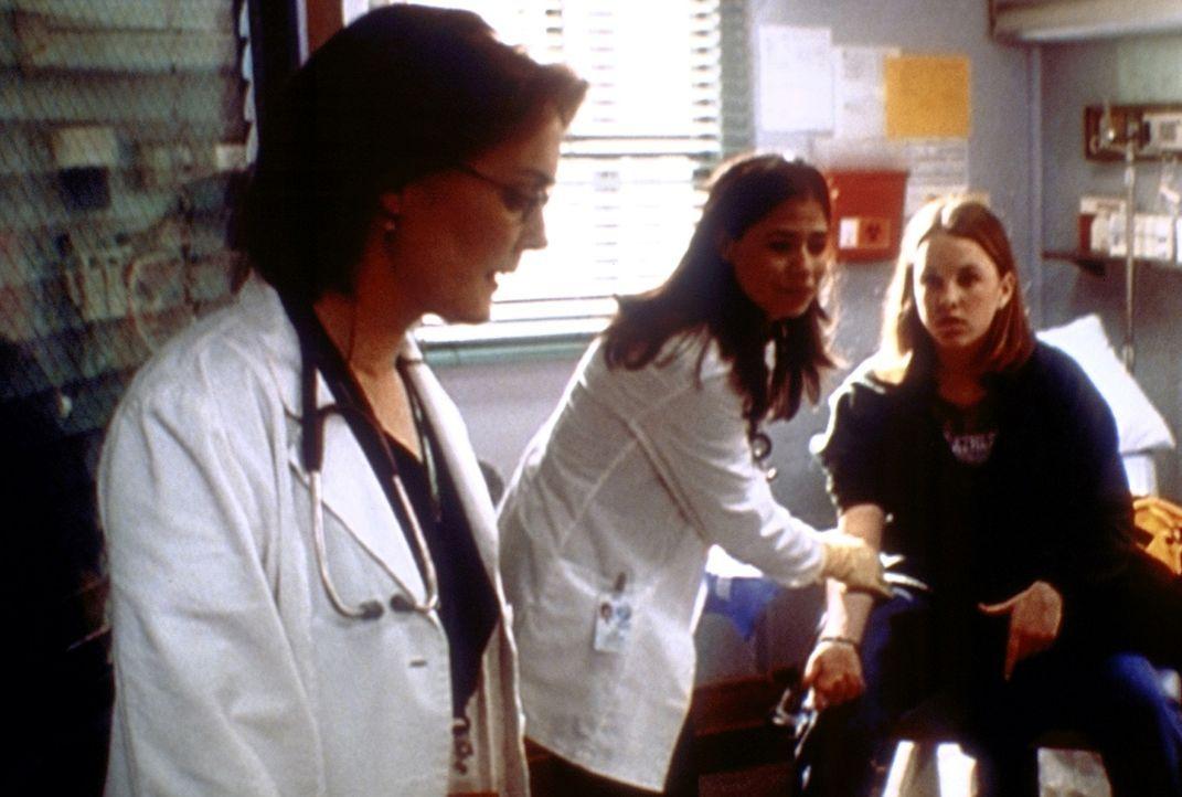 Abby (Maura Tierney, M.) bereitet bei der minderjährigen Jessamyn (Julie Marie Berman, r.) ohne Einwilligung der Mutter eine Transplantation vor und... - Bildquelle: TM+  2000 WARNER BROS.