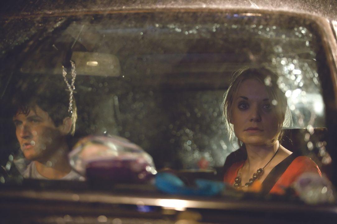 Während einer nächtlichen, verregneten Autobahnfahrt müssen Zakes (Will Ash) und seine Freundin Beth (Christine Bottomley) sehen, wie ein blutversch...