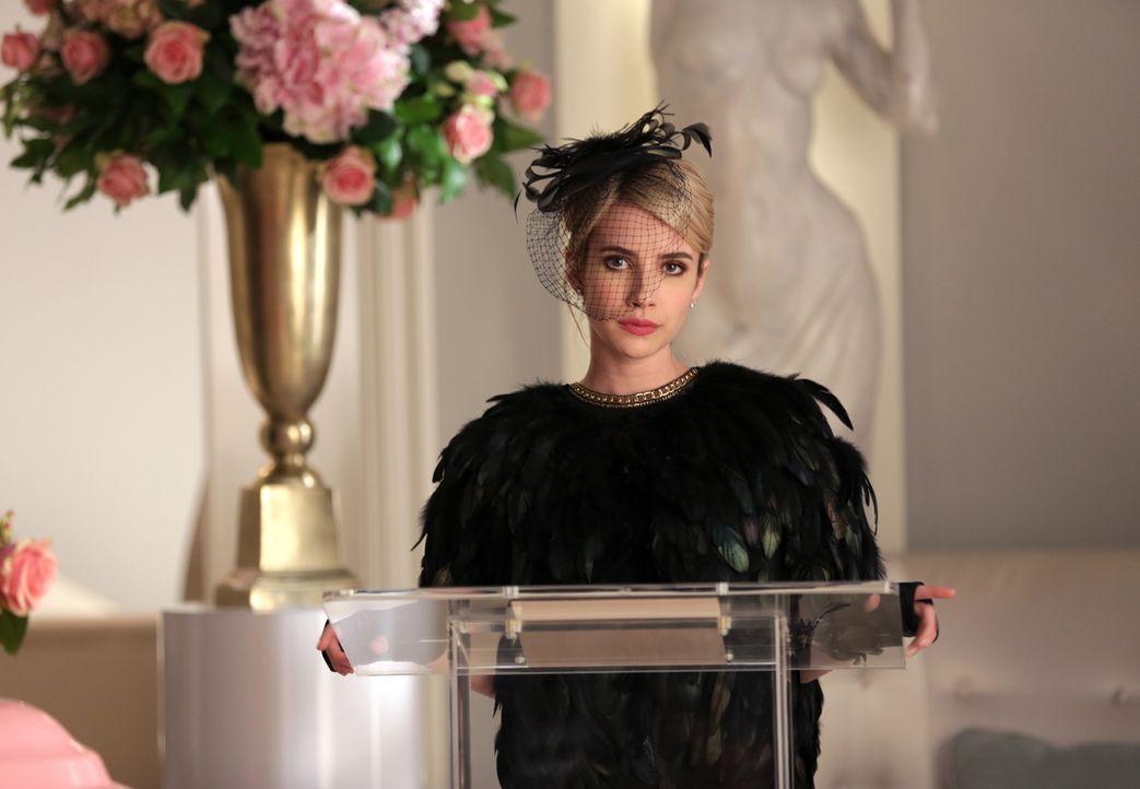 Chanel (Emma Roberts) hält eine Rede an Chanel #2s Gedenkfeier und macht dabei all ihrem Unmut über sie Luft ... - Bildquelle: 2015 Fox and its related entities.  All rights reserved.