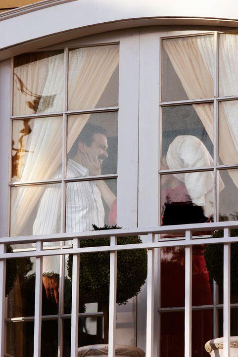 Als Gabrielle vom Shopping nach Hause kommt, sieht sie Carlos (Ricardo Antonio Chavira, l.) im Schlafzimmer mit einer anderen Frau (Maria Conchita A... - Bildquelle: 2005 Touchstone Television  All Rights Reserved
