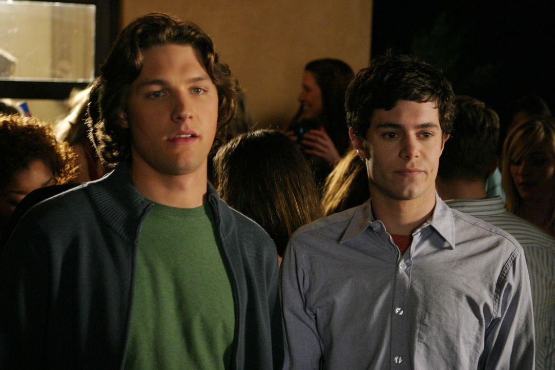 """Als Seth (Adam Brody, r.) und Zach (Michael Cassidy, l.) Reed, den Mitarbeiter des Comicverlags """"Bad Science"""" sehen, sind sie total überrascht, den... - Bildquelle: Warner Bros. Television"""