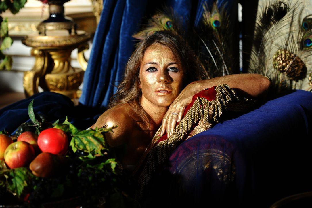 Der alltägliche Wahnsinn am Königshof geht weiter: Königin Helena (Elizabeth Hurley) ... - Bildquelle: Tim Whitby 2014 E! Entertainment Media LLC/Lions Gate Television Inc.