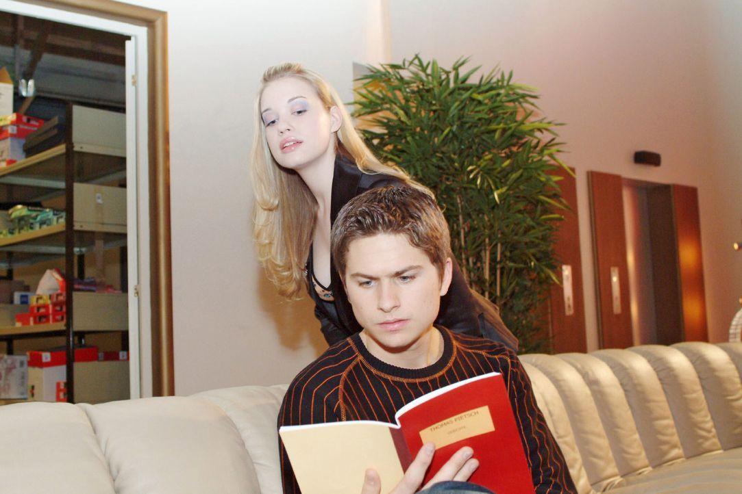 Kim (Lara-Isabelle Rentinck, hinten) trifft Timo (Matthias Dietrich, vorne), der auf dem Sofa die Gedichte seines Vaters liest - und glaubt, einen n... - Bildquelle: Sat.1