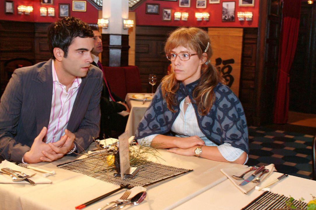 David (Mathis Künzler, l.) bittet Lisa (Alexandra Neldel, r.), ihn zu unterstützen, dass seine Idee, die Hochzeit auf den Sommer zu verschieben, von... - Bildquelle: Monika Schürle SAT.1 / Monika Schürle