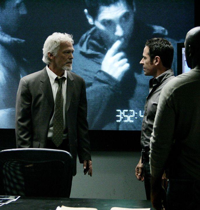 Nach und nach kann Don Eppes (Rob Morrow, r.) einen neuen Fall aufklären und schlägt dabei zwei Fliegen mit einer Klappe. Er zerschlägt die AP-47 un... - Bildquelle: Paramount Network Television