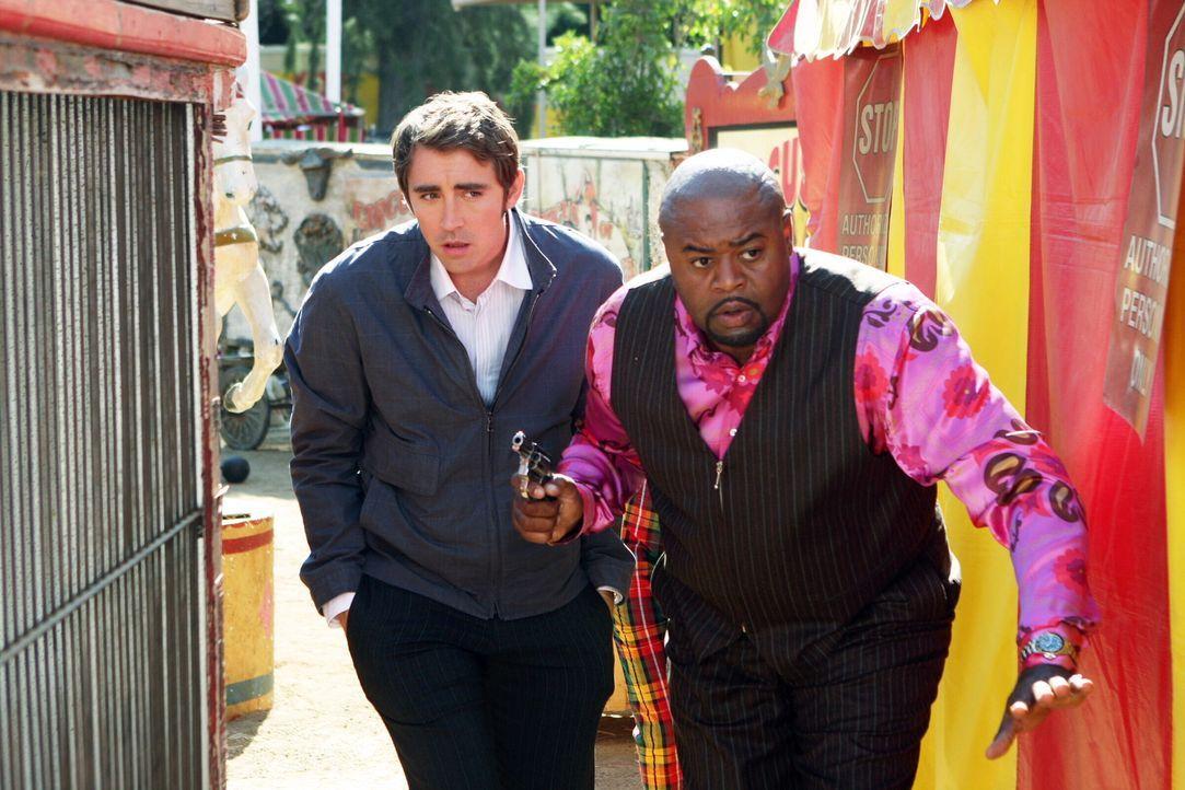 Auf der Suche nach Nikki erfahren Ned (Lee Pace, l.) und Emerson (Chi McBride, r.) von deren bester Freundin, dass diese ausgerissen sei, um ein Sta... - Bildquelle: Warner Brothers