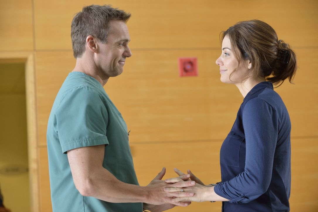 Finden Charlie (Michael Shanks, l.) und Alex (Erica Durance, r.) endlich mehr Zeit füreinander? - Bildquelle: 2012  Hope Zee One Inc.