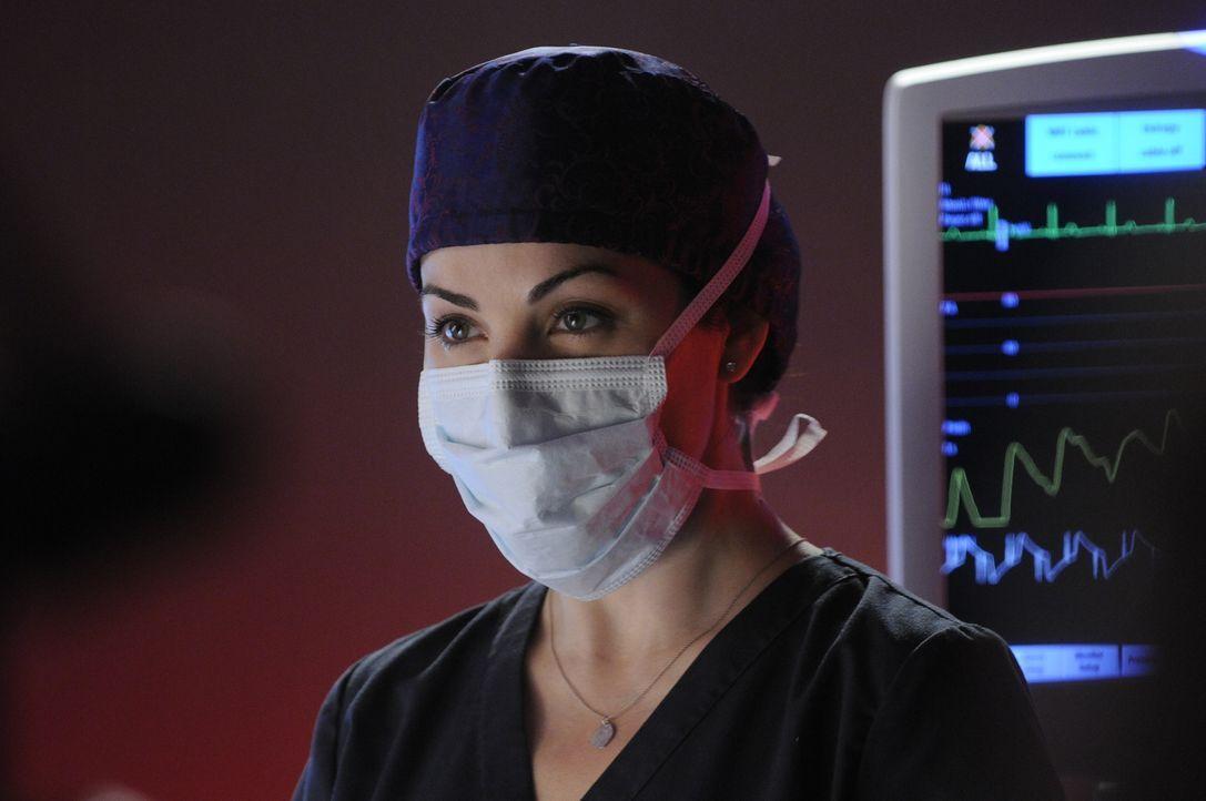 Die hartnäckige Dr. Alex Reid (Erica Durance) konnte nun doch eine O.P. von Charlie durchsetzen. Besteht eine reelle Chance auf Heilung? - Bildquelle: 2013 NBC Studios, LLC