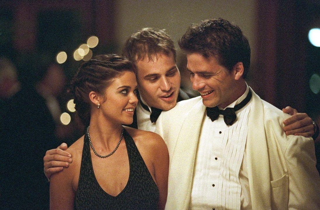 Obwohl Brittany (Susan Ward, l.) mit Bobby (Nathan Bexton, r.) verbandelt ist, schwärmt sie für den Tennisprofi Matt (Matthew Settle, M.). Doch di... - Bildquelle: Warner Bros.