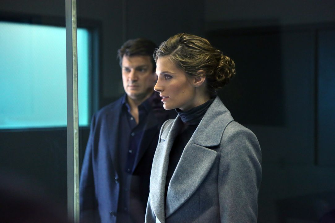 Versuchen einen Fall aufzuklären, bei dem sich eine Frau angeblich zu Tode erschreckt hat: Castle (Nathan Fillion, l.) und Beckett (Stana Katic, r.)... - Bildquelle: ABC Studios