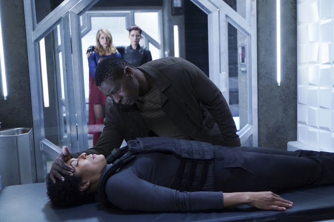 Colonel Lauren Haley (April Parker Jones, l.); J'onn (David Harewood, r.) - Bildquelle: Shane Harvey 2018 The CW Network, LLC. All Rights Reserved.