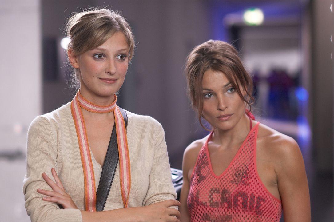 Denise (Alexandra Maria Lara, l.) und Vicky (Tanja Wenzel, r.) drehen einen Film über das Leben eines Behinderten. Die Hauptrolle soll Fred übernehm... - Bildquelle: Senator Film