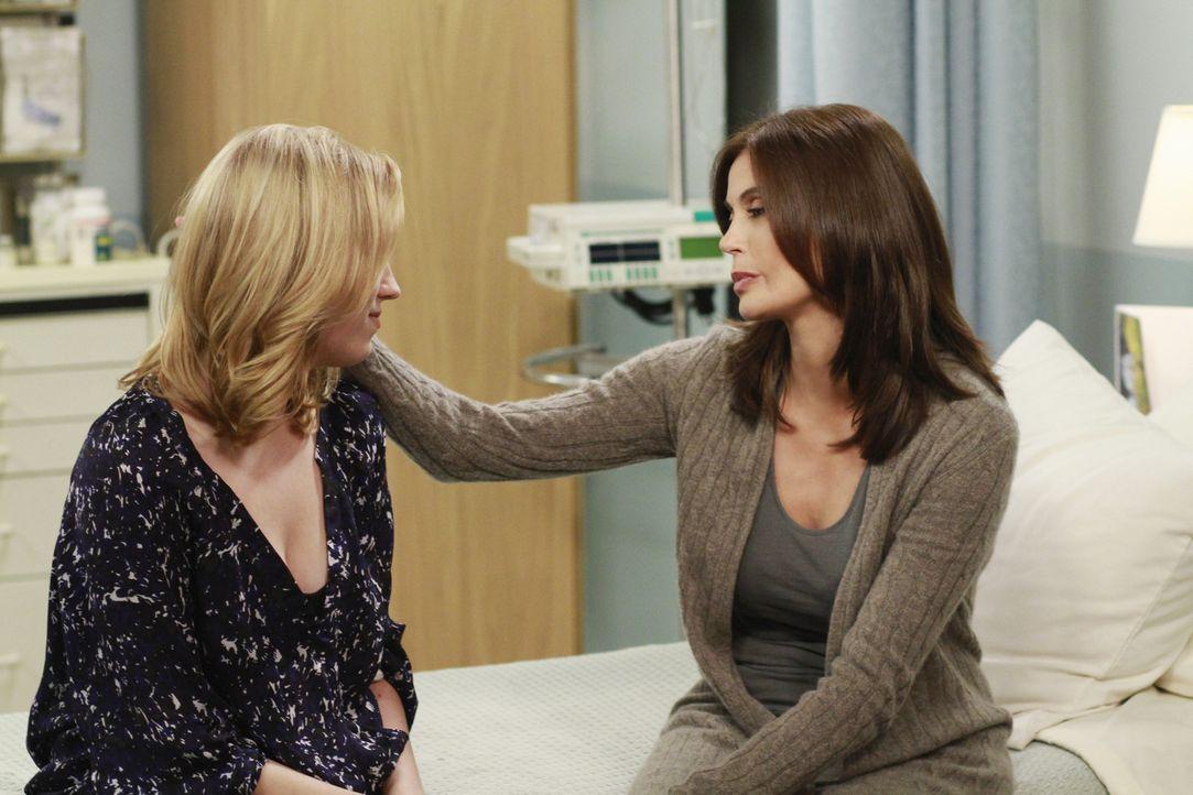 Julie (Andrea Bowen, l.) macht sich Sorgen um ihre Mutter Susan (Teri Hatcher, r.) ... - Bildquelle: ABC Studios