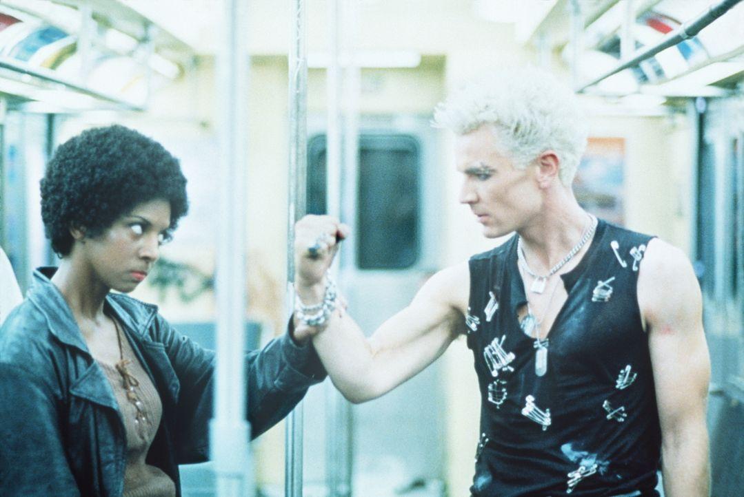 In den 80ern: Der Vampir Spike (James Marsters, r.) und die Vampir-Jägerin stehen sich gegenüber. Wer wird siegen? - Bildquelle: TM +   2000 Twentieth Century Fox Film Corporation. All Rights Reserved.