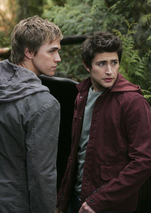 Unscheinbar im Wald versteckt sich der Eingang zur Ruine von Zzyzx. Kyle (Matt Dallas, r.) und Declan (Chris Olivero, l.) wollen sich die verlassene... - Bildquelle: TOUCHSTONE TELEVISION