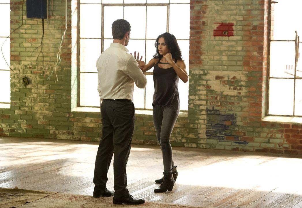 Seitdem Elijah (Daniel Gillies, l.) die Verantwortung für Gia (Nishi Munshi, r.) übernommen hat, genießt sie eine ganz besondere Ausbildung ... - Bildquelle: Warner Bros. Television