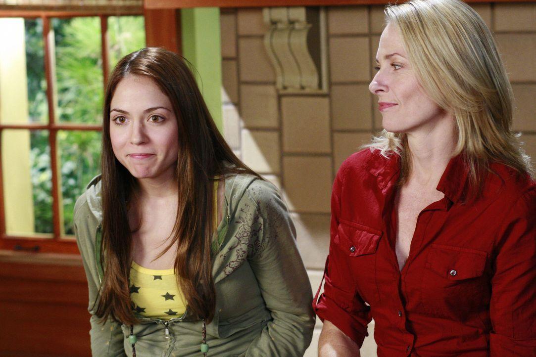 Molly Foster (Brooke Nevin, l.) und ihre Mutter Hope (Bonnie Burroughs, r.) sind über den Rauswurf der Schülerin empört und gehen vor Gericht ... - Bildquelle: Disney - ABC International Television