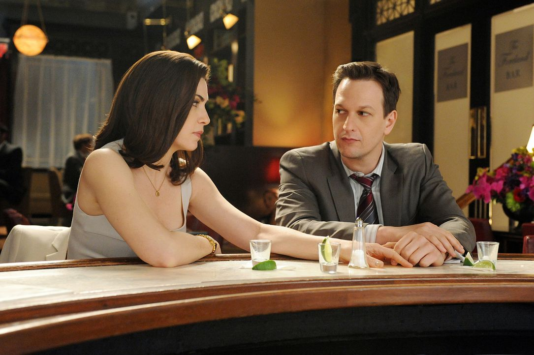 Verbringen den Feierabend gemeinsam in einer Bar: Will (Josh Charles, r.) und Alicia (Julianna Margulies, l.) - Bildquelle: CBS Broadcasting Inc. All Rights Reserved