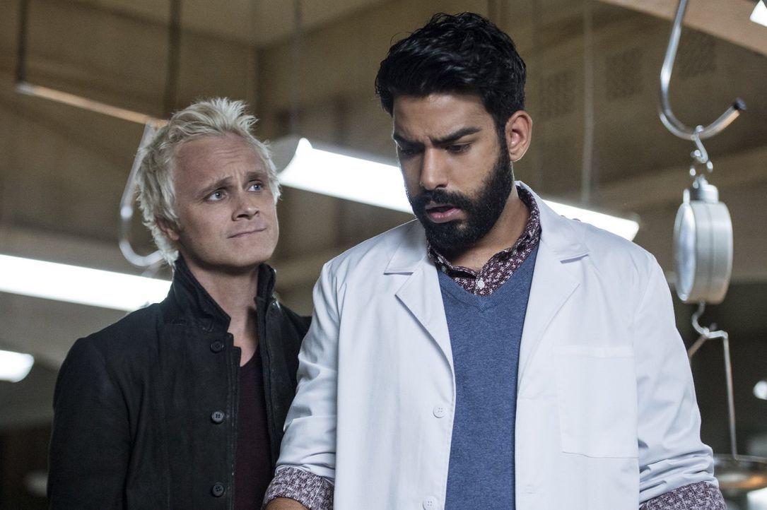 Eigentlich will Blaine (David Anders, l.) von Ravi (Rahul Kohli, r.) das Heilmittel, aber dann machen die beiden eine andere, gefährliche Entdeckung... - Bildquelle: 2014 Warner Brothers