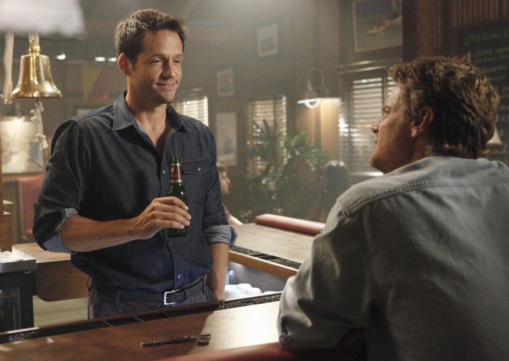 Jules bittet ihren Nachbarn Grayson (Josh Hopkins, l.), mit Bobby (Brian Van Holt, r.), ihrem deprimierten Ex-Mann, Golfspielen zu gehen. Dummerweis... - Bildquelle: 2009 ABC INC.