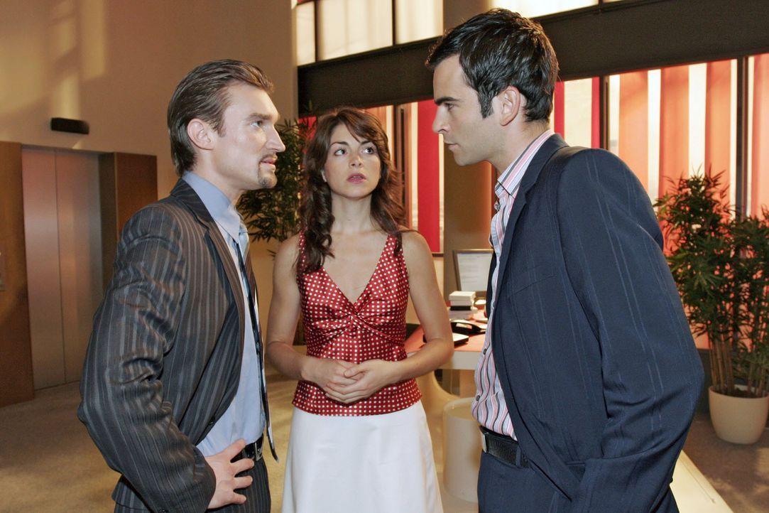 Mariella (Bianca Hein, M.) muss mitansehen wie Richard (Karim Köster, l.) Davids (Mathis Künzler, r.) Entschuldigung erbost ablehnt. - Bildquelle: Noreen Flynn SAT.1 / Noreen Flynn