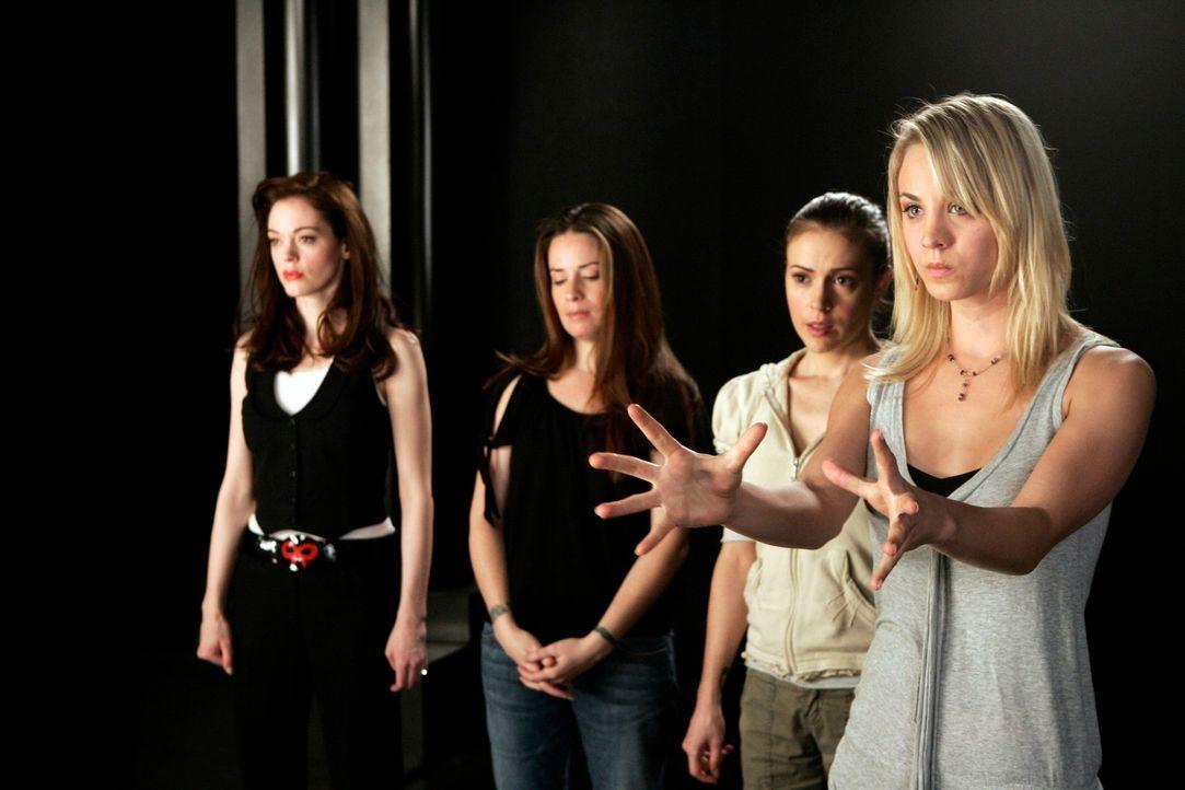 Gemeinsam kämpfen sie gegen das Böse: Paige (Rose McGowan, l.), Piper (Holly Marie Combs, 2.v.l.),  Phoebe (Alyssa Milano, 2.v.r.) und Billie (Kaley... - Bildquelle: Paramount Pictures