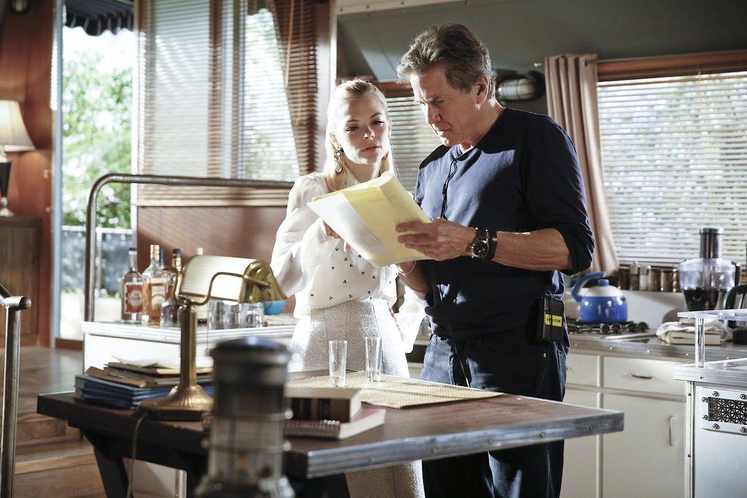 """Brick (Tim Matheson, r.) bietet sich die Möglichkeit, """"Mann des Jahres"""" in Bluebell zu werden, doch auch einige ernstzunehmende Mitbewerber sind im... - Bildquelle: Warner Brothers"""