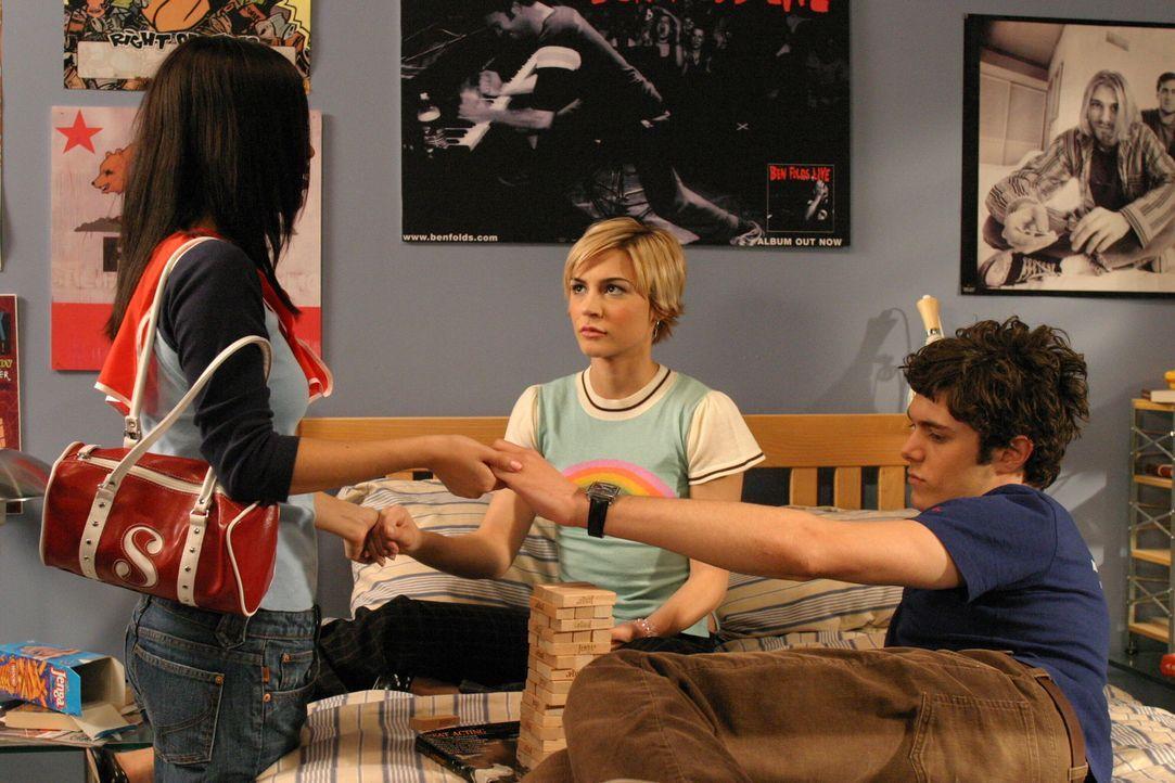 Für Summer (Rachel Bilson, l.) wird der Trip zur Hölle, da sie ständig mit Seth (Adam Brody, r.) und Annas (Samaire Armstrong, M.) Gegenwart konf... - Bildquelle: Warner Bros. Television
