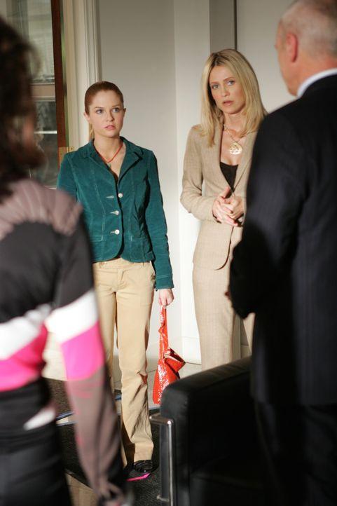Caleb (Alan Dale, r.) teilt Julie (Melinda Clarke, r.), Kirsten (Kelly Rowan, 2.v.r.) und Lindsay (Shannon Lucio, 2.v.l.) seine neuste Entscheidung... - Bildquelle: Warner Bros. Television