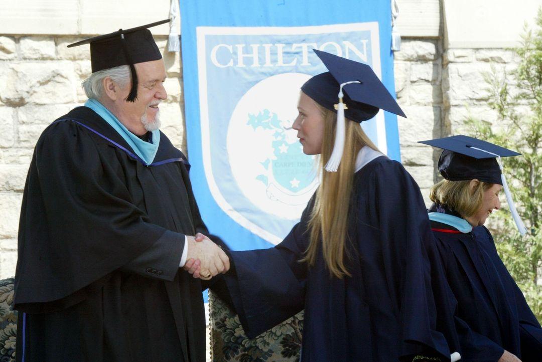Endlich steht der Abschluss kurz bevor und Schulleiter Charleston (Dakin Matthews, l.) überreicht den Schülern ihre Zeugnisse. Paris (Liza Weil, r.)... - Bildquelle: 2002 Warner Bros.