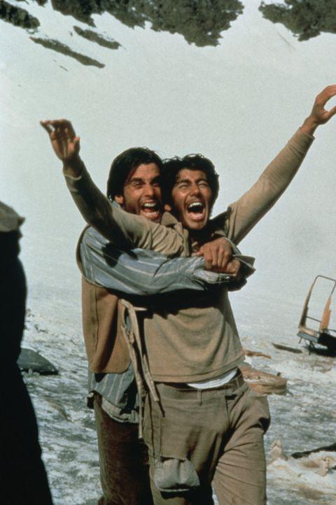 Parrado (Ethan Hawke, l.) und Antonio Balbi (Vincent Spano, r.) können es kaum glauben. Nach zehn Wochen in einer Hölle aus eis und Schnee können... - Bildquelle: Buena Vista Pictures
