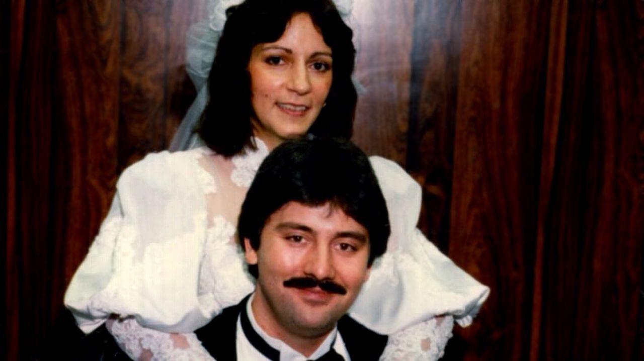 Kosta Fotopoulos (unten) hat scheinbar den Jackpot gezogen, als er die wohlhabende Lisa (oben) heiratet. Doch eines Tages schwebt Lisa mit einer Kug... - Bildquelle: Licensed by Universal Studios International B. V.