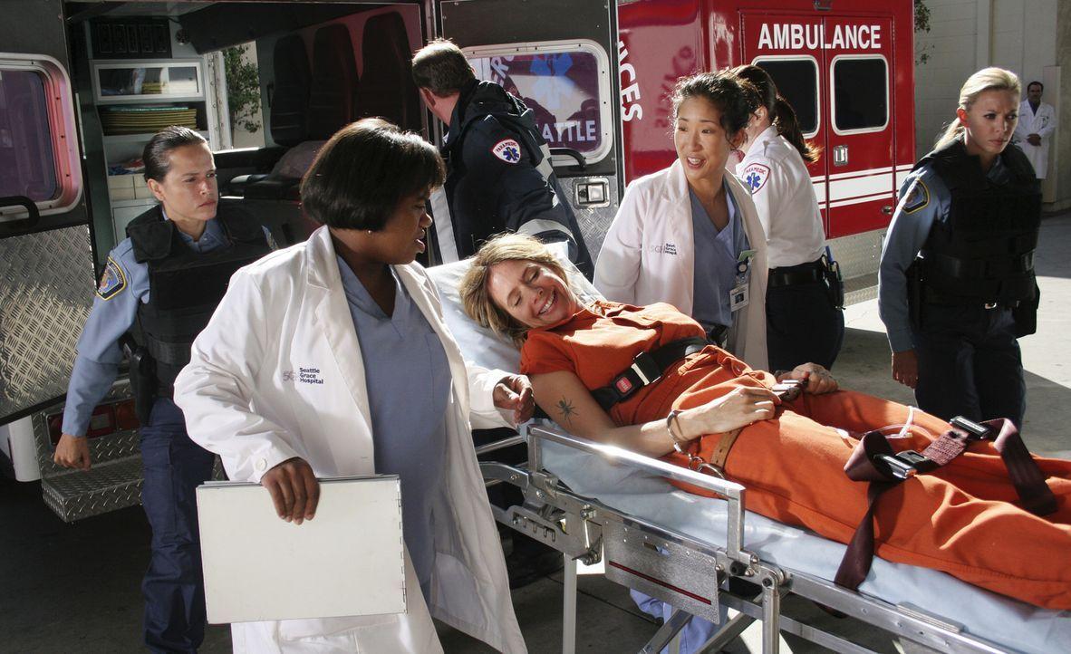 Cristina (Sandra Oh, 2.v.r.) und Dr. Bailey (Chandra Wilson, 2.v.l.) kümmern sich um eine Mörderin (Rosanna Arquette, M.), die, um der Einzelhaft zu... - Bildquelle: Touchstone Television