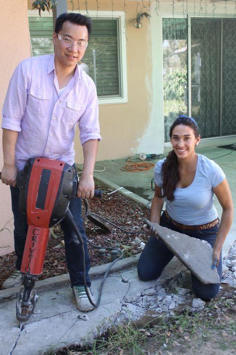 Siao (l.) packt ordentlich mit an, um ihren Garten in den Traum zu verwandeln, den Sara Bendrick (r.) geplant hat ... - Bildquelle: 2014, DIY Network/Scripps Networks, LLC. All Rights Reserved.