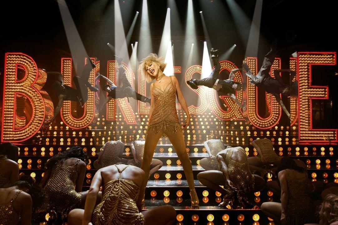 Schon seit ewigen Zeiten träumt Ali (Christina Aguilera, M.) davon, auf der Bühne zu stehen. In einer Burlesque-Lounge soll ihr Traum in Erfüllung g... - Bildquelle: 2010 Screen Gems, Inc. All Rights Reserved.