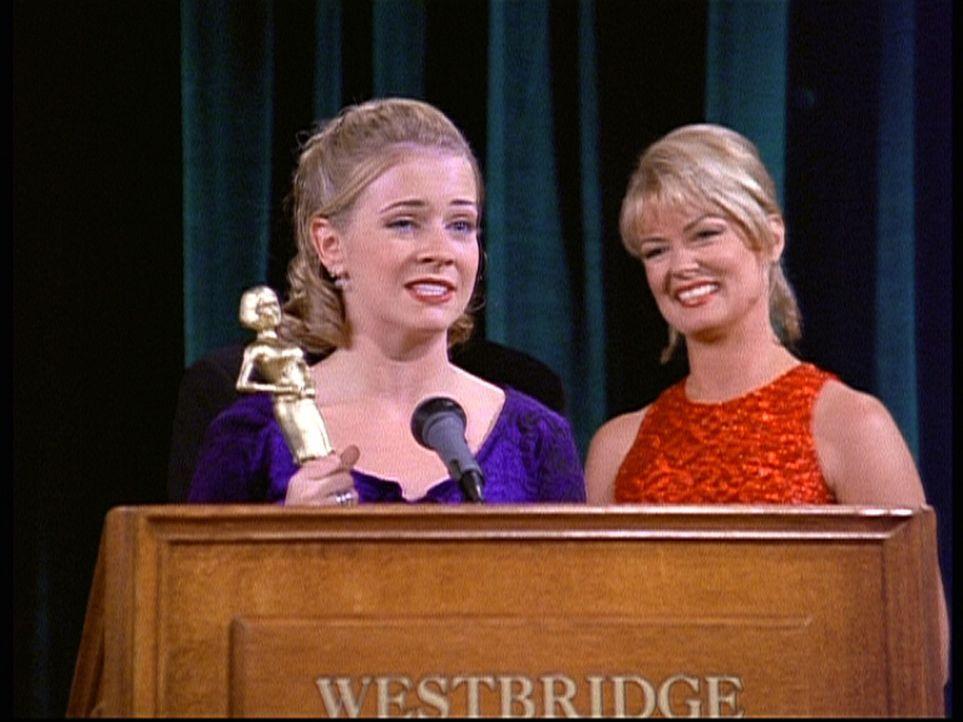 """Sabrina (Melissa Joan Hart, l.) hat immer gute Zensuren, deshalb lobt sie niemand mehr für ihre Leistungen. Also zaubert sie sich ein """"Erfolgsdesse... - Bildquelle: Paramount Pictures"""