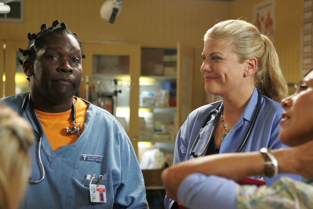Die neue Oberschwester Eve (Kristen Johnston, r.) schaut nicht nur Malik (Deezer D., l.), sondern dem ganzen Team genau auf die Finger ... - Bildquelle: Warner Bros. Television