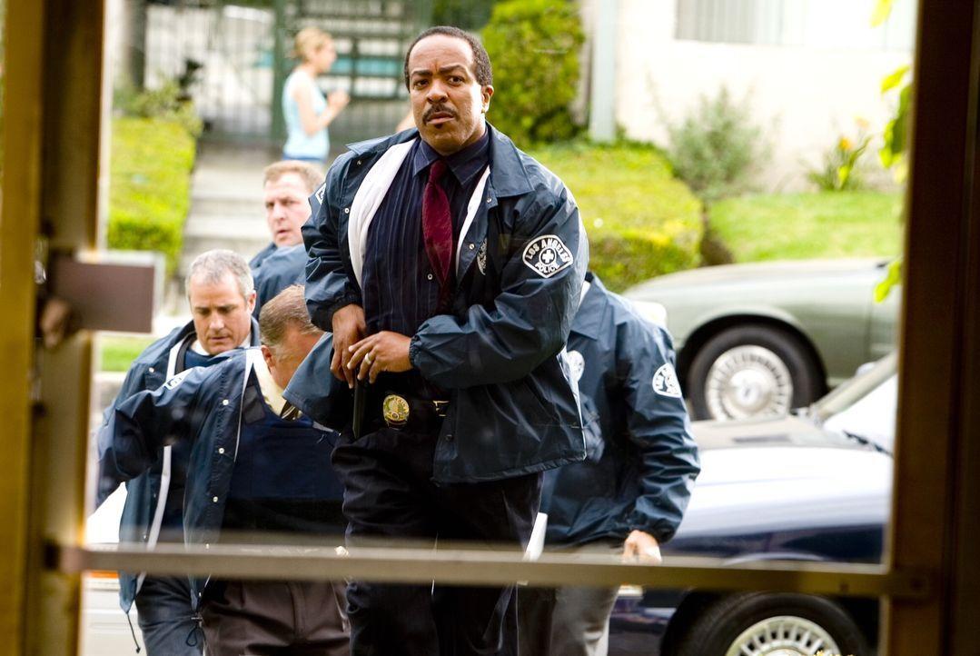 Captain Taylor (Robert Gossett, M.) möchte den neuen Fall so schnell es geht abschließen und verhaftet in einer Kurzschlusshandlung einen Verdächtig... - Bildquelle: Warner Brothers Inc.