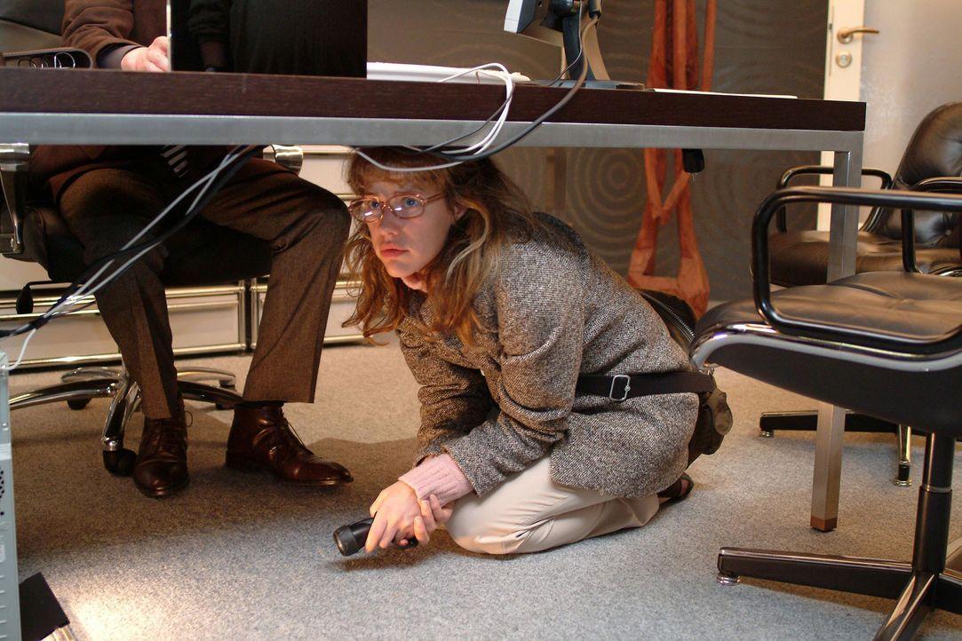 """Als Lisa (Alexandra Neldel, r.) in Richards (Karim Köster, l.) Büro spioniert, wird sie von ihm überrascht - ihr gelingt die """"Flucht"""" unter den Schr... - Bildquelle: Monika Schürle SAT.1 / Monika Schürle"""