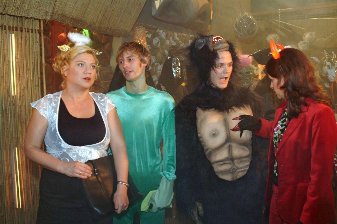 Im Gegensatz zu Inka (Stefanie Höner, r.) ist Agnes (Susanne Szell, l.) gar nicht begeistert, als sich Boris (Matthias Rott, 2.v.l.) und Georg (Mar... - Bildquelle: Monika Schürle Sat.1