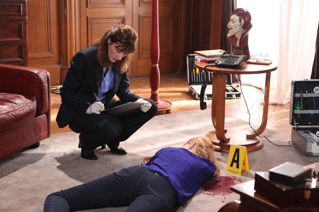 Die Gerichtsmedizinerin (Valérie Dashwood, l.) erkennt schnell, dass das Opfer Camille Janvier (Darstellerin unbekannt)  zu Tode geprügelt wurde ... - Bildquelle: Xavier Cantat 2011 BEAUBOURG AUDIOVISUEL / Xavier Cantat