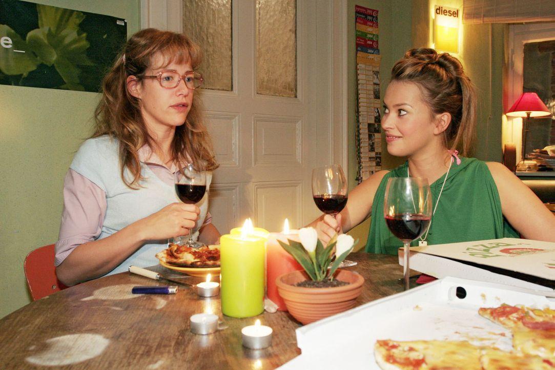 Hannah (Laura Osswald, r.) und Yvonne schlagen Lisa (Alexandra Neldel, l.) vor, gemeinsam in eine WG zu ziehen - ob Lisa das Angebot annimmt? (Diese... - Bildquelle: Sat.1