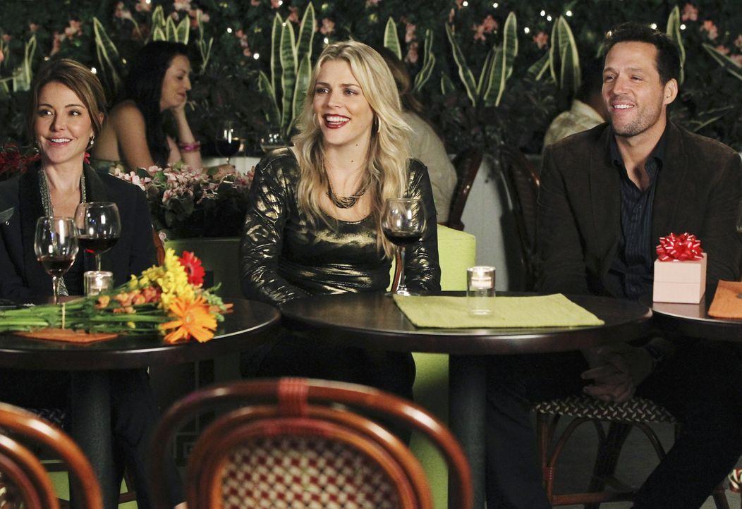 Buhlen um die Gunst von Jules: Ellie (Christa Miller, l.), Laurie (Busy Philipps, M.) und Grayson (Josh Hopkins, r.) ... - Bildquelle: 2010 ABC INC.