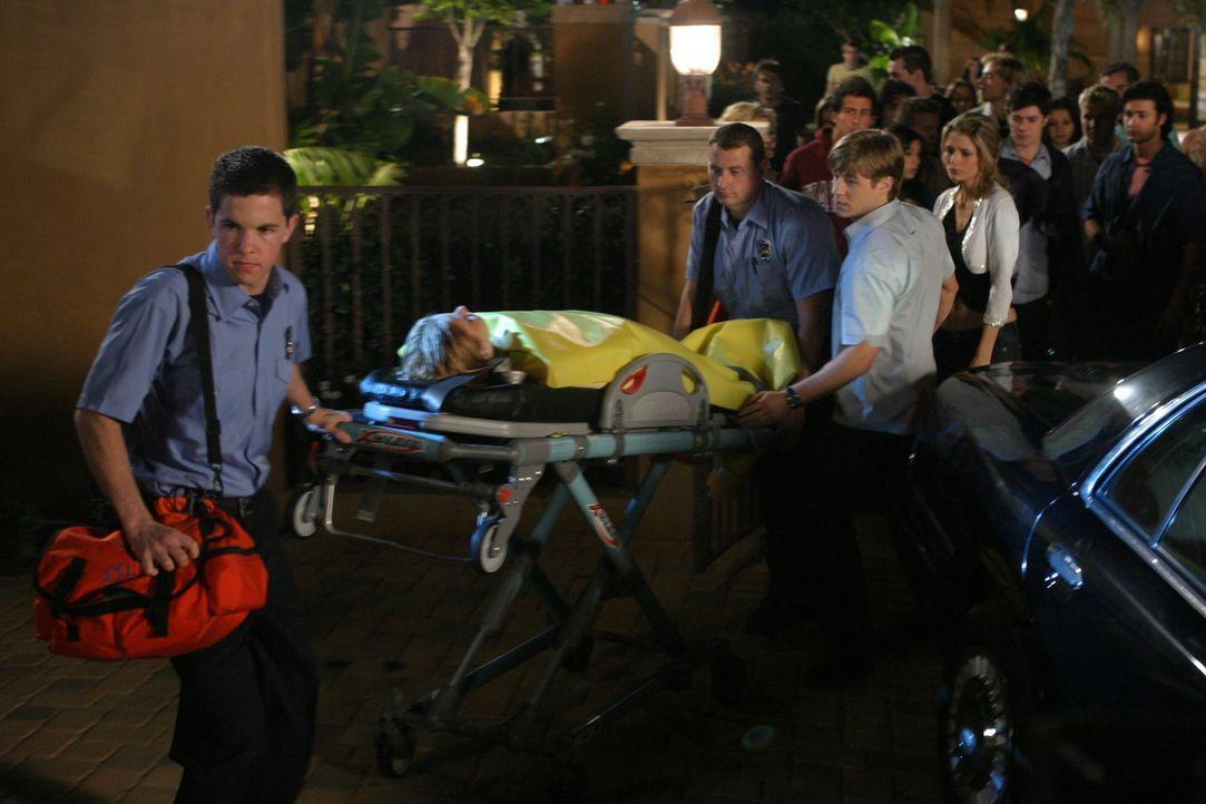 Ryan (Benjamin McKenzie, 2.v.r.) und Marissa (Mischa Barton, r.) sind geschockt, als Treys Überraschungsparty mit einer Verhaftung und beinahe mit... - Bildquelle: Warner Bros. Television